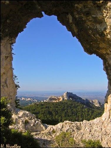 Rocher des 2 trous sur une randonnées des Alpilles de Provence